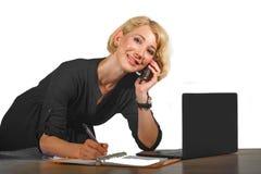 Biurowy korporacyjny portret młody piękny i szczęśliwy biznesowej kobiety pracować relaksował przy laptopu biurka ono uśmiecha si zdjęcie royalty free