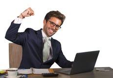 Biurowy korporacyjny portret młody przystojny, atrakcyjny szczęśliwy biznesmen uśmiecha się cieszy się biznesowego succ i obrazy stock