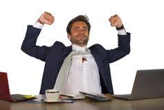 Biurowy korporacyjny portret młody przystojny, atrakcyjny szczęśliwy biznesmen uśmiecha się cieszy się biznesowego succ i fotografia stock