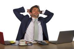 Biurowy korporacyjny portret młody przystojny, atrakcyjny szczęśliwy biznesmen uśmiecha się cieszy się biznesowego succ i zdjęcie royalty free