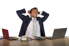 Biurowy korporacyjny portret młody przystojny, atrakcyjny szczęśliwy biznesmen uśmiecha się cieszy się biznesowego succ i fotografia royalty free