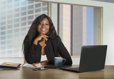 Biurowy korporacyjny portret młody szczęśliwego i atrakcyjnego czarnego afrykanina bizneswomanu Amerykański pracować ufny przy ko zdjęcie stock
