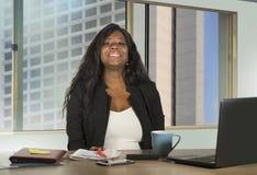 Biurowy korporacyjny portret młody szczęśliwego i atrakcyjnego czarnego afrykanina bizneswomanu Amerykański pracować ufny przy ko obraz royalty free