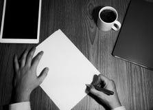 Biurowy mężczyzna podpisuje kontrakt Zdjęcia Stock