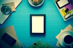 Biurowy miejsce pracy, biurowy wyposażenie i kawowa przerwa na błękitnej krepie, Zdjęcia Royalty Free