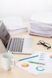 Biurowy miejsce pracy z filiżanką, laptopem i dostawami, Zdjęcie Royalty Free