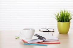 Biurowy miejsce pracy z kawą, komputerem osobistym i rośliną, Zdjęcie Royalty Free