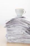 Biurowy miejsce pracy z kawą i dokumentami Zdjęcie Royalty Free