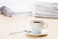 Biurowy miejsce pracy z kawą i dokumentami Fotografia Stock