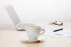 Biurowy miejsce pracy z kawą, laptopem i dostawami, Zdjęcie Stock