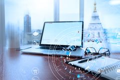 Biurowy miejsce pracy z laptopem i mądrze telefonem na drewno stole i l Zdjęcie Stock