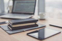 Biurowy miejsce pracy z laptopem na drewno stole i Zdjęcie Stock