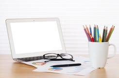 Biurowy miejsce pracy z laptopem, raportami i ołówkami, Obrazy Royalty Free