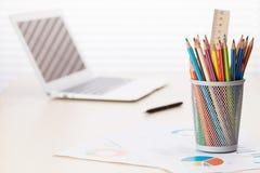 Biurowy miejsce pracy z laptopem, raportami i ołówkami, Fotografia Royalty Free