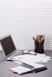 Biurowy miejsce pracy z laptopem, raportami i ołówkami, Obrazy Stock