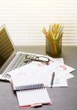 Biurowy miejsce pracy z laptopem, raportami i ołówkami, Zdjęcia Royalty Free