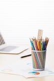 Biurowy miejsce pracy z laptopem, raportami i ołówkami, Obraz Stock