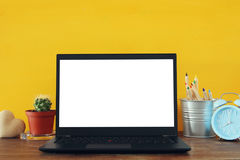 biurowy miejsce pracy z otwartym leptop i pusty bielu ekran dla kopii przestrzeni Obraz Royalty Free