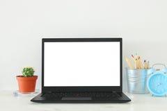 biurowy miejsce pracy z otwartym leptop i pusty bielu ekran dla kopii przestrzeni Zdjęcie Stock