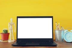biurowy miejsce pracy z otwartym leptop i pusty bielu ekran dla kopii przestrzeni Obrazy Royalty Free