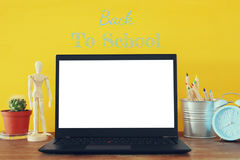 biurowy miejsce pracy z otwartym leptop i pusty bielu ekran dla kopii przestrzeni Fotografia Stock