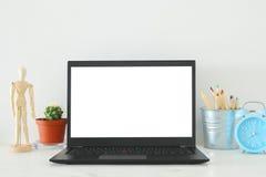 biurowy miejsce pracy z otwartym leptop i pusty bielu ekran dla kopii przestrzeni Fotografia Royalty Free