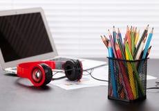 Biurowy miejsce pracy z z laptopem, hełmofonami i ołówkami, Fotografia Royalty Free