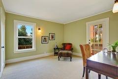 Biurowy pokój z lamparta krzesłem w kącie Zdjęcia Stock