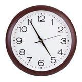 Biurowy round zegar pokazuje prawie pięć godzin Fotografia Stock
