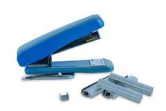Biurowy stacjonarny Błękitny zszywacz z stosem zszywki odizolowywać na białym tle zdjęcie stock