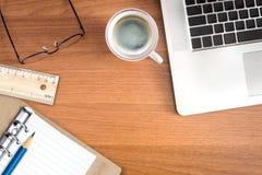 Biurowy stacjonarny i laptop na biurku Obraz Stock