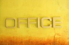 Biurowy teksta znak na żółtej grunge cementu ścianie Zdjęcia Royalty Free