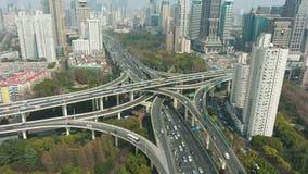 Bivio complesso a Sunny Day Schang-Hai, Cina Siluetta dell'uomo Cowering di affari video d archivio
