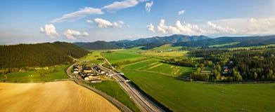 Bivio e dell'autostrada in valle della montagna Fotografie Stock Libere da Diritti