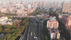Bivio multilivelli su traffico stradale ad alta velocità Il fuco va giù video d archivio