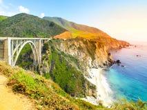 Bixby在和平的岩石海岸,大瑟尔,加利福尼亚,美国的小河桥梁具体曲拱  免版税库存图片