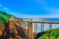 Bixby在高速公路1在美国西海岸,加利福尼亚的小河桥梁 库存照片