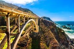 Bixby在高速公路1在美国西海岸,加利福尼亚的小河桥梁 免版税库存图片