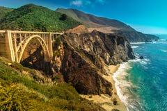 Bixby在高速公路1在美国西海岸,加利福尼亚的小河桥梁 免版税图库摄影