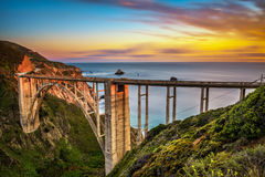 Bixby桥梁和太平洋海岸高速公路在日落 免版税库存照片