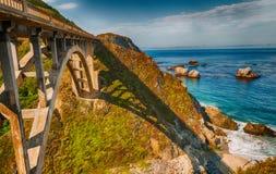 Bixby桥梁美丽的景色在大瑟尔,加利福尼亚 免版税库存照片