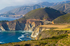 Bixby沿高速公路被看见的小河桥梁一在大瑟尔,加利福尼亚 库存照片