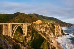 Bixby liten vikbro på huvudväg 1, Kalifornien arkivfoton
