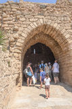 BIZANTYJSKI park w Caesarea, lato, 2015 Izrael, Lipiec - 30, turyści przychodzący stary antyczny łuk - Fotografia Royalty Free