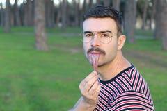 Bizar beeld die van de mens zijn tong uit uitrekken royalty-vrije stock foto