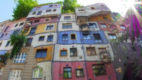 bizar hundertwasserhuis, Wenen, Oostenrijk, timelapse, gezoem uit, 4k
