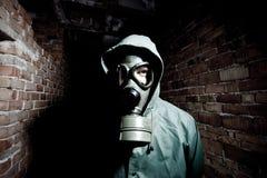 Bizar portret van de mens in gasmasker royalty-vrije stock afbeeldingen