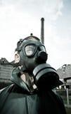 Bizar portret van de mens in gasmasker stock afbeeldingen