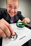 Bizarre zakenman die de overeenkomst onderzoekt Royalty-vrije Stock Foto