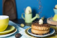 Bizcocho tostado con los huevos de Pascua holandeses del saludo del chocolate que caen y del chocolate foto de archivo libre de regalías